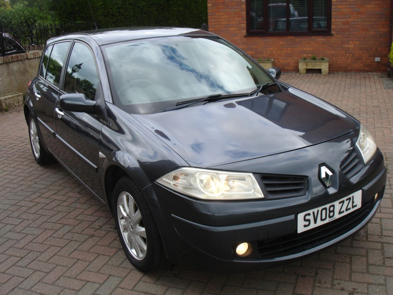 Renault Megane 1.6 VVT Dynamique 5dr Auto Hatchback Petrol Metallic Grey at Level Pitch Selby
