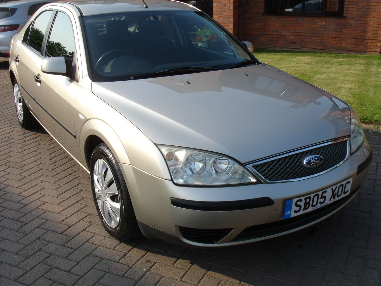 Ford Mondeo 2.0TDCi 130 LX 5dr 6 Speed Hatchback Diesel Gold at Level Pitch Selby