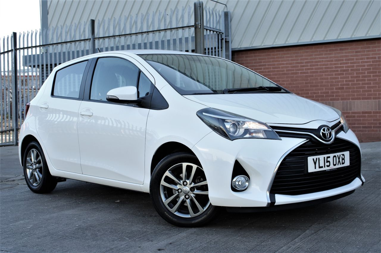 Toyota Yaris 1.33 VVT-i Icon 5dr CVT, ONE OWNER-FULL SERVICE HISTORY Hatchback Petrol Frost White at Luscombe Qashqai Comparison Leeds