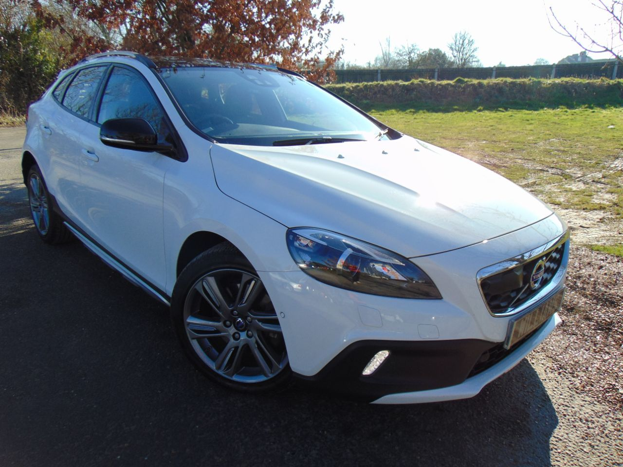 Volvo V40 Cross Country 2.0 D3 Lux Nav Geartronic 5dr (Pan Roof! Park Assist! ++) Hatchback Diesel Ice White